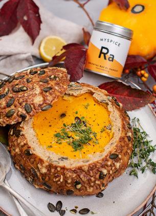 Cremige Kürbis-Karotten-Suppe im Herbstbrot