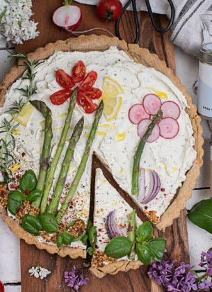 Pikante Frischkäse Tarte mit Gemüsegarten